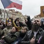 A járványügyi korlátozások ellen tüntettek Prágában