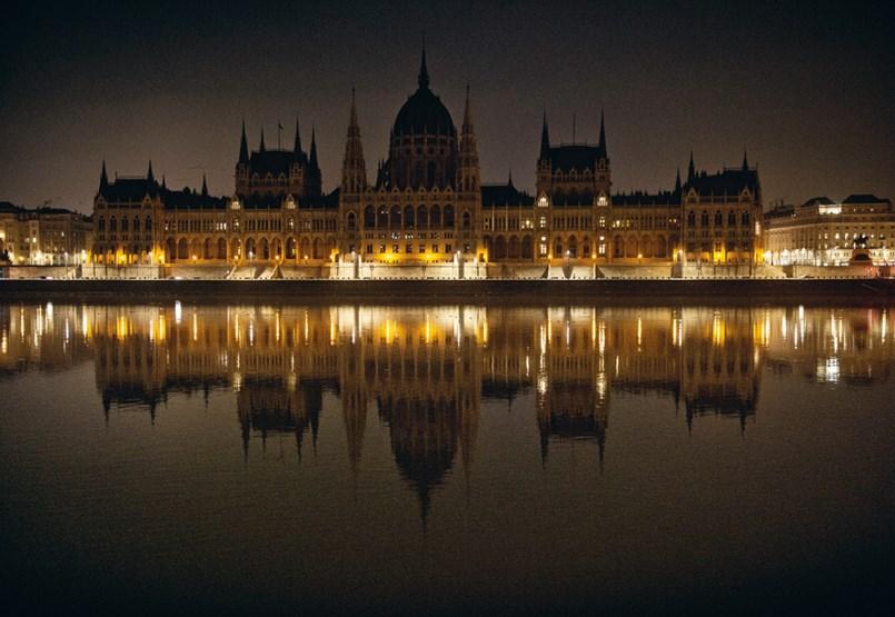 Újra itt a nagy nap, amikor a magyar politika belekacag a választók arcába