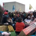 Metróhoz ragasztották magukat és hidakat blokkolnak a környezetvédők Londonban