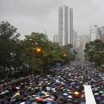 Százezrek tüntetnek Hongkongban, a szomszédos Sencsenben pedig gyakorlatoznak a katonák
