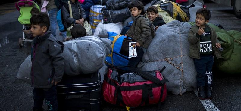 """""""Kérjük, nyissátok meg a magyar határt"""": így lesz egy menekülttáborból börtön"""