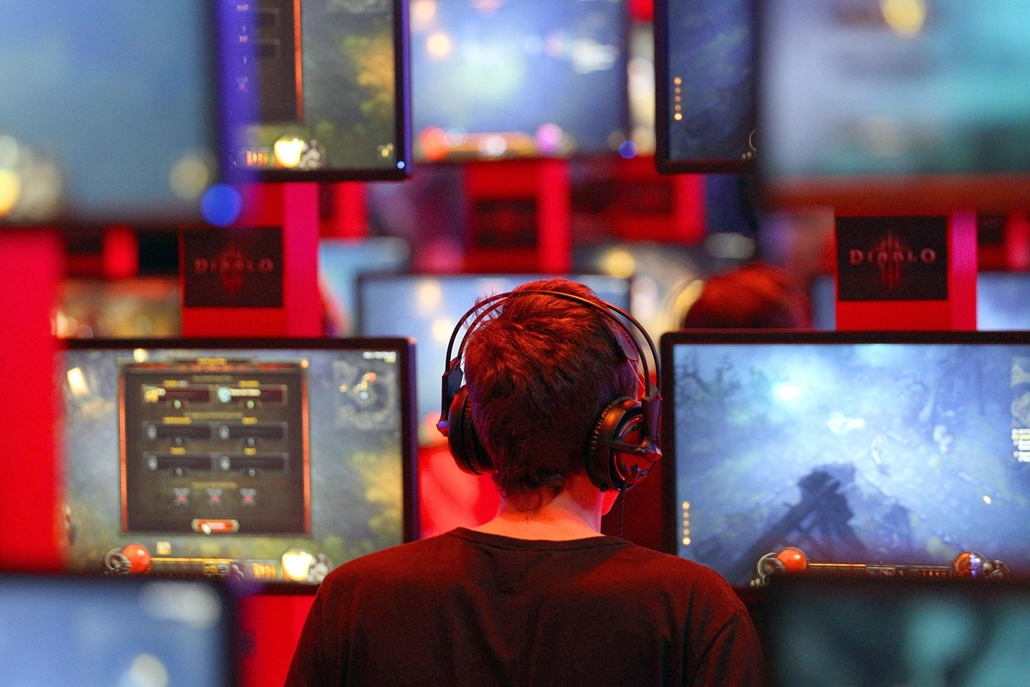 Diablo3-al játszik egy fiú a Gamescom Nemzetközi Videojáték Kiállításon Kölnben. A világ egyik legjelentősebb videójáték és interaktív szórakoztatóipari rendezvényén az idén 40 ország több mint 600 cége mutatja be újdonságait.