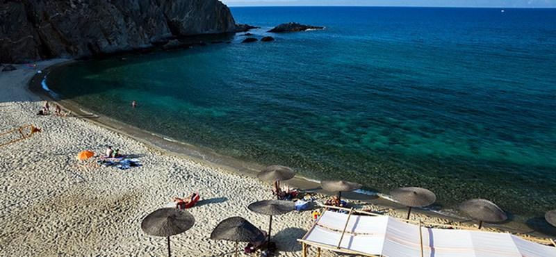 Aki a görög tengerpartra megy, elfelejtheti a kanyargós, meredek hegyi utakat