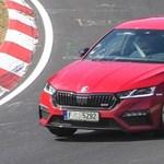Ígéretesen megy versenypályán is a zöld rendszámos Skoda Octavia RS