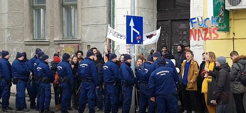 """""""Fuck nazis!"""" - antifasiszták tüntetnek a Becsület napi megemlékezés miatt Budapesten - videó"""