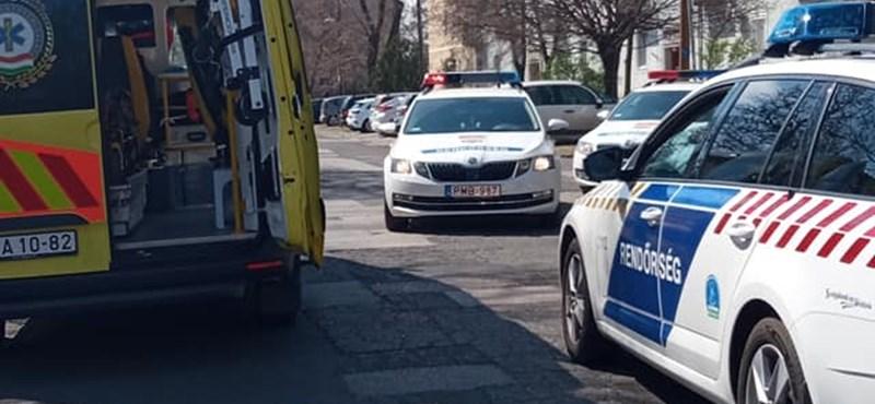 Kést rántott a rendőrökre, majd mellbe szúrta magát egy férfi Budapesten