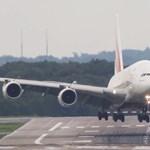 Videó: így szállt le erős oldalszélben a világ legnagyobb repülője