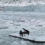Úszó jégtáblán adott koncertet