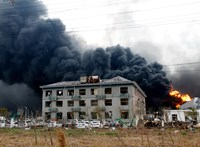 Óriási robbanás és rengeteg áldozat a kínai vegyi robbanásban
