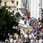 Hömpölyög a tömeg az Erzsébet hídon - elindult az Élet menete
