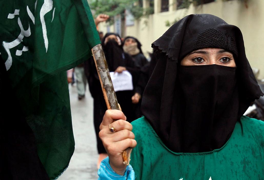 Tüntető muzulmán nő Indibában , arab világ, tüntetések, mohammed próféta
