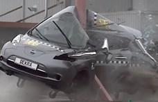 Szörnyű látni, hogyan csavarodik villanyoszlopra egy villanyautó - videó