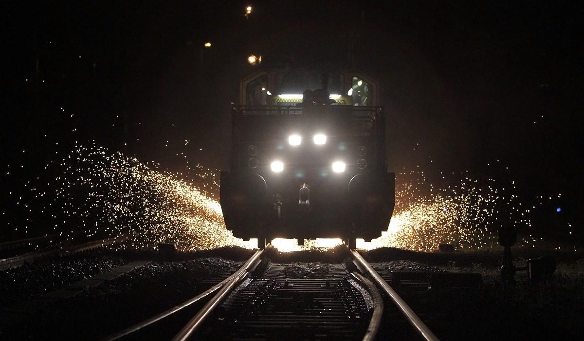 Ipari erők munkája - szikraeső a síneken - Nagyítás-fotógaléria
