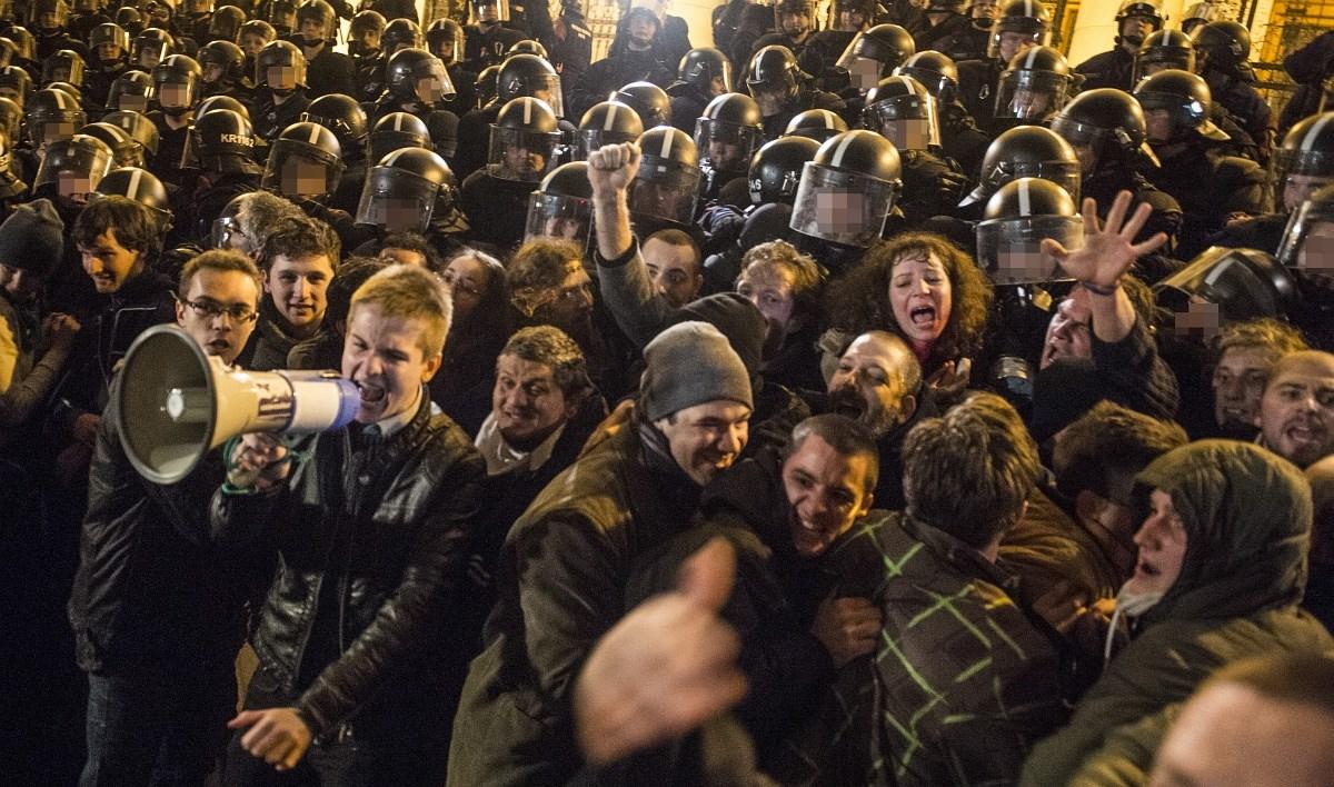 Tüntetések és román győzelem a hét képein - Nagyítás-fotógaléria