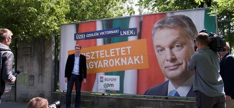 """""""Üzenjük Viktornak!"""" – Meghekkelték a Fidesz plakátjait Bajnaiék"""