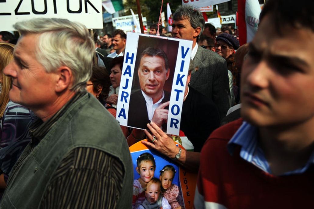 Önkormányzati tüntetés a Kossuth téren a Parlament előtt.