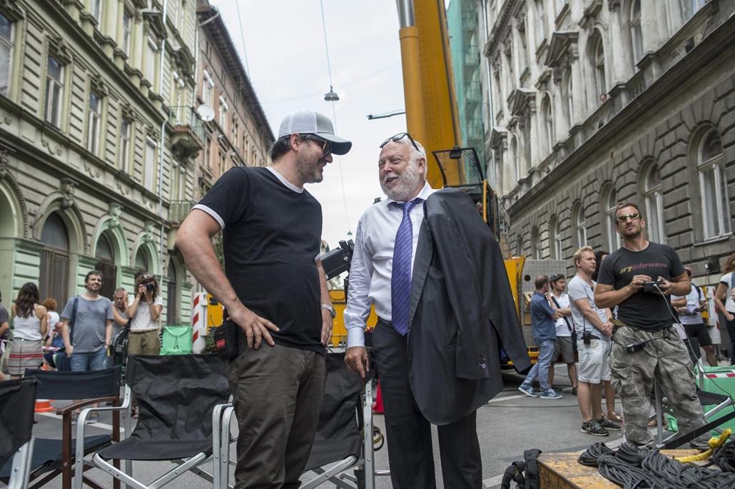 mti.17.06.26. Mundruczó Kornél rendező (b) és Andy Vajna  Felesleges ember című filmjének forgatásán a fővárosi Murányi utcában 2016. július 26-án