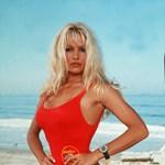Húsz évvel később: Pamela piros fürdőruhájában még szexibb