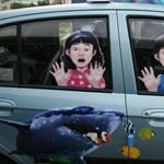 Tűző napon parkoló autóban hagyták a kétéves gyereket egy fóti áruháznál