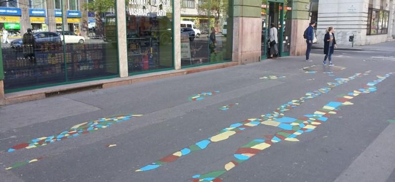 Műalkotást csinált a Kétfarkú Kutya Párt Józsefváros szétrepedt járdáiból – fotók