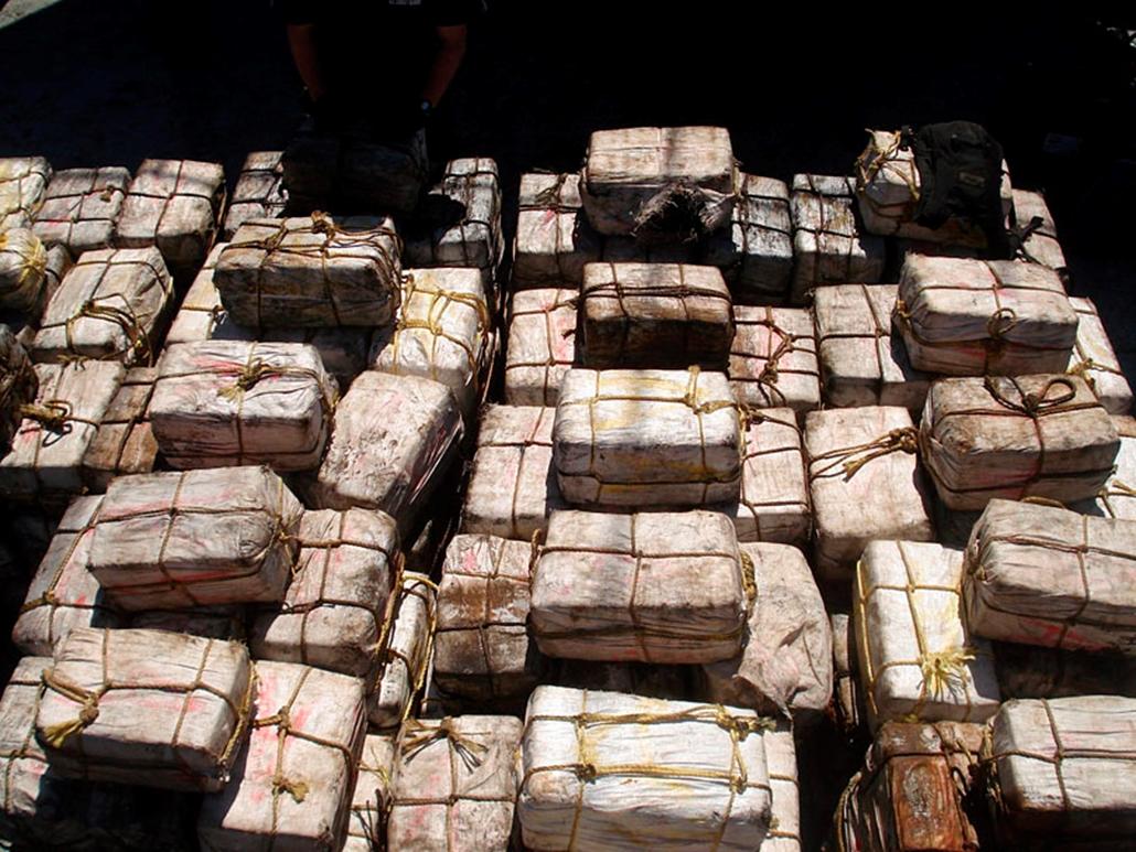 A brit védelmi minisztérium által közreadott kép, amelyen több mint 5,5 tonna kokaint tartalmazó csomagok láthatók egy halászhajó fedélzetén. A kábítószert az Iron Duke brit fregatt foglalta le, amikor Dél-Amerika partjai előtt járőrözött szeptemberben. A kokain piaci értéke több mint 240 millió font (kb. 70,543 milliárd forint). A brit haditengerészet történetében mennyiségre is értékre egyaránt ez a legnagyobb koainfogás.