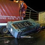 Fotó: ledobta a rakományát a körfogalomban a kamion