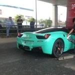 Kamion alá fúródott egy Ferrari 458 Italia - fotó