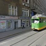 Fotó: kisiklott egy villamos Poznanban, centikre állt meg egy bolt bejáratától