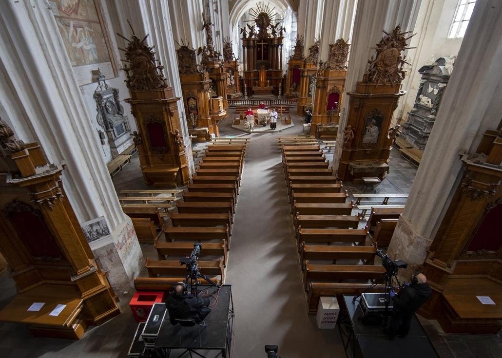 nagyítás - !AP! 20.05.08ig! mti.20.04.05. Evaldas Tarulis litván katolikus pap virágvasárnapi miséjét élőben közvetítik televízión a vilniusi Assisi Szent Ferenc-templomból 2020. április 5-én. Az új koronavírus járványa miatt a miséket zárt ajtók mögött t