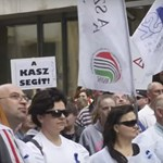 Videó: Szalóki Ágival tüntettek a kereskedelmi dolgozók a boltzár elkaszálása ellen