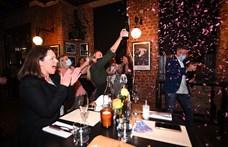 Melbourne ünnepel, véget ért a járvány miatti 112 napos vesztegzár