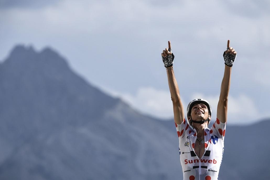 afp.17.07.20. - Warren Barguil, a legjobb hegyimenő a pirospettyes trikóban, miután megnyerte a 179,5 kilométeres, a Briancon és Izoard között rendezett tizennyolcadik szakaszt a francia Alpokban július 20-án. - Tour de France 2017