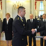 Áder előléptette a palotáját a tüntetők elől lezáró Hajdu Jánost