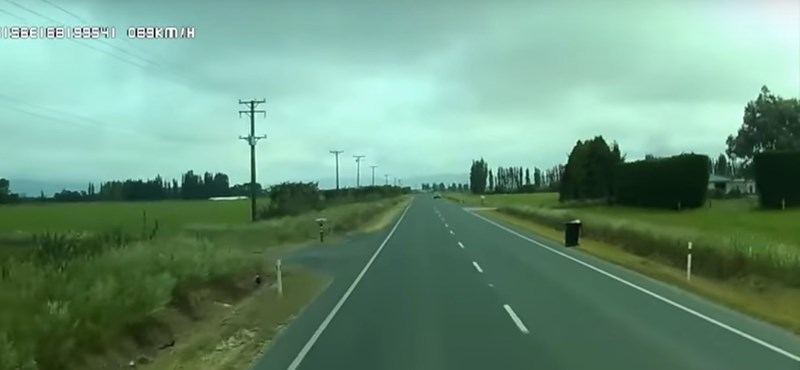 Kihalt úton autózott a sofőr, ilyen balesetre nem számított – videó