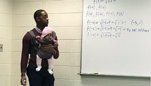 Jófejségből ötös: diákja babájára vigyázott egy matematikatanár az órán