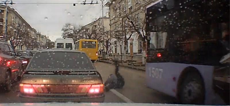 Ezért veszélyes a mobilt nyomkodni, ha az úton akarunk átkelni – videó