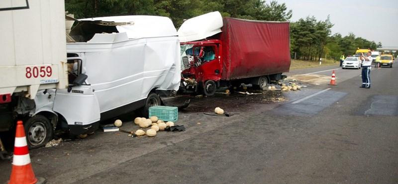 Két kisteherautó ütközött ugyanazzal a kamionnal az M5-ösön