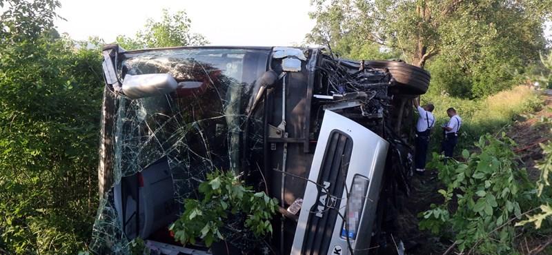 Tíz gyerek és három felnőtt sérült meg, amikor egy kisbusz és egy autó ütközött