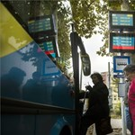 Egy kijelzőn látható, mikor jön a busz, a vonat és a hajó - fotók