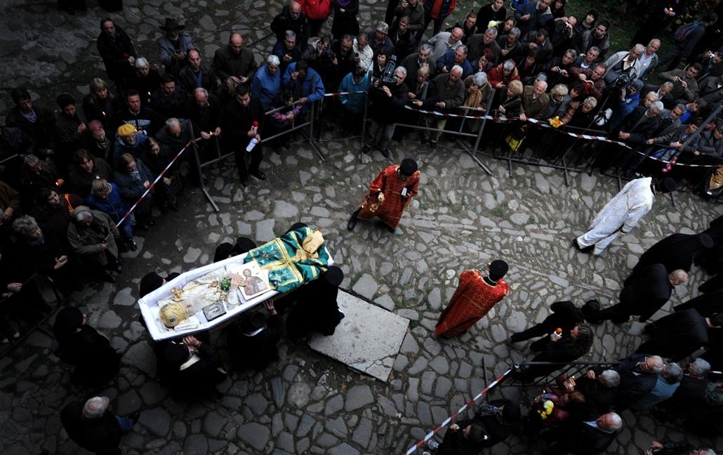afp. Bulgária: a 98 éves korában elhunyt Maxim pátriárka, temetési szertartása a Troyan kolostorban. A bolgár ortodox felekezet feje 41 éven át vezette az egyházat.  - hét képei nagyítás