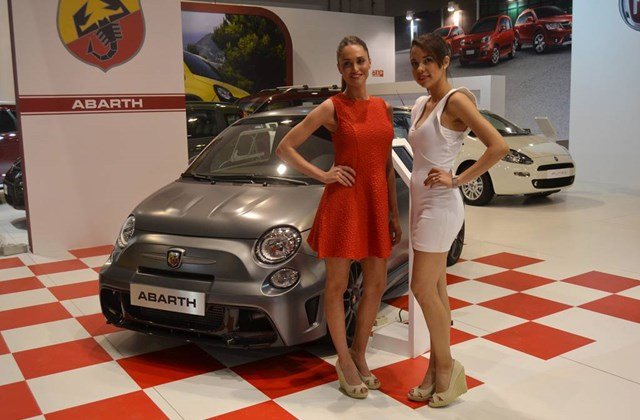 Lányok a Barcelonai Autószalonról