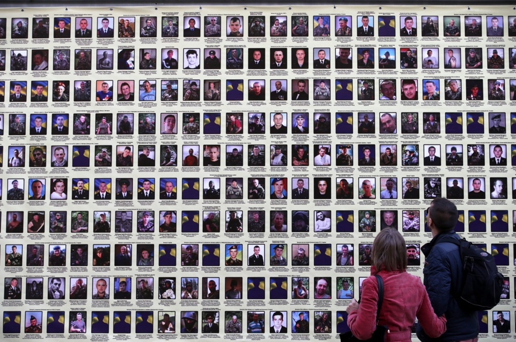 epa. Ukrán válság, Kijev, 2014.11.04. A kelet-ukrajnai oroszbarát szakadárokkal vívott harcokban 2014. augusztus 23. és október 10. között elesett ukrán katonák képeinek tablója Kijevben 2014. november 4-én.