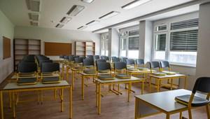 Hétfőtől egy orosházi iskola felsősei sem járhatnak be személyesen az óráikra