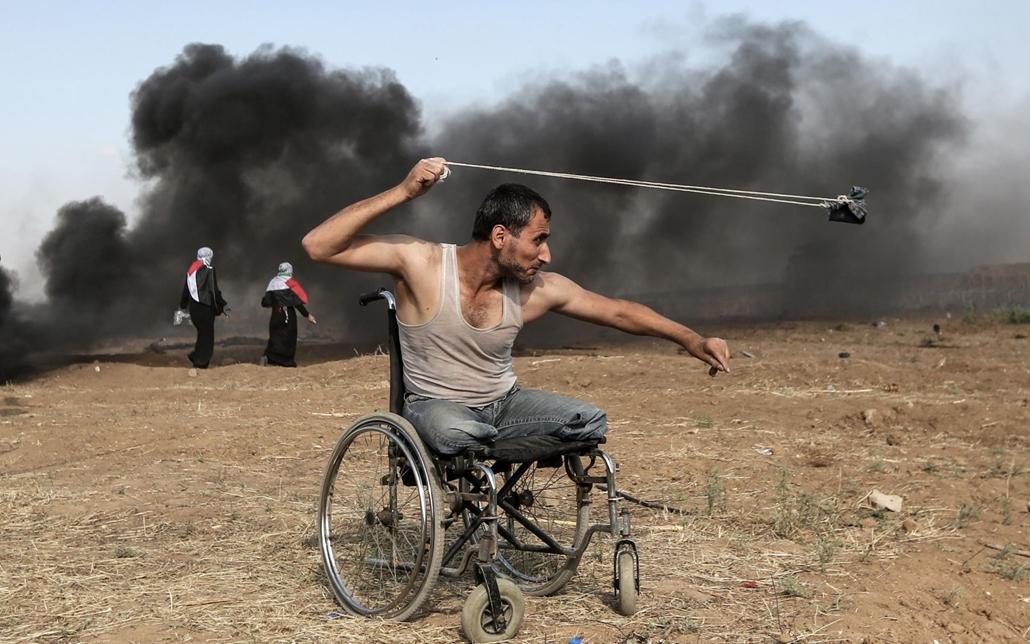 afp.18.05.11. Palesztin Sabre al-Ashkar sziklákat dobálja az izraeli erőkkal való ütközés során a gázai övezet határánál