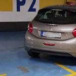 A nap fotója: egy autóval három budapesti mozgássérült-parkolóhelyen