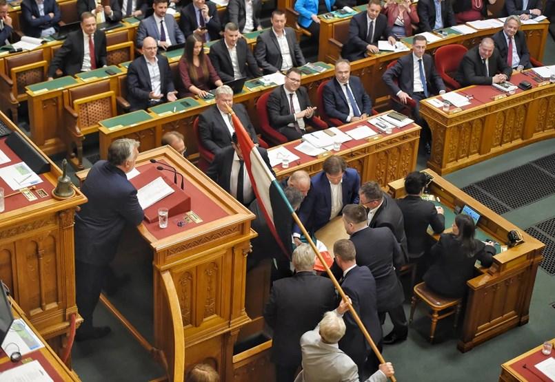 Botránnyal kezdődött a Parlament: Orbán, Hadházy és Gyurcsány a főszerepekben