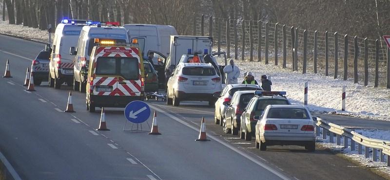 Rendőrök őrzik az M5-ösön történt lövöldözés túlélőjét