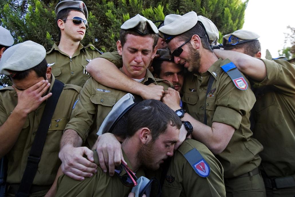 Izraeli katonák emlékeznek meg bajtársukra, aki a Gázai övezetben dúló harcokban vesztette életét.