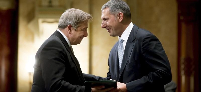 A kormány nem határolódik el Bayer Zsolttól és fenyegetőzésétől