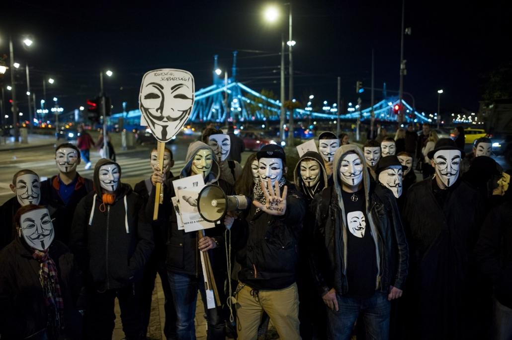mti. hét képei - A Szabadság menete II. demonstráció Budapesten 2014.11.05. A Szabadság menete II. demonstráció a Szent Gellért téren, Budapesten 2014. november 5-én. A menetet az Anonymous Operation Hungary és a Valódi Demokráciát Most! Occupy Hungary sz